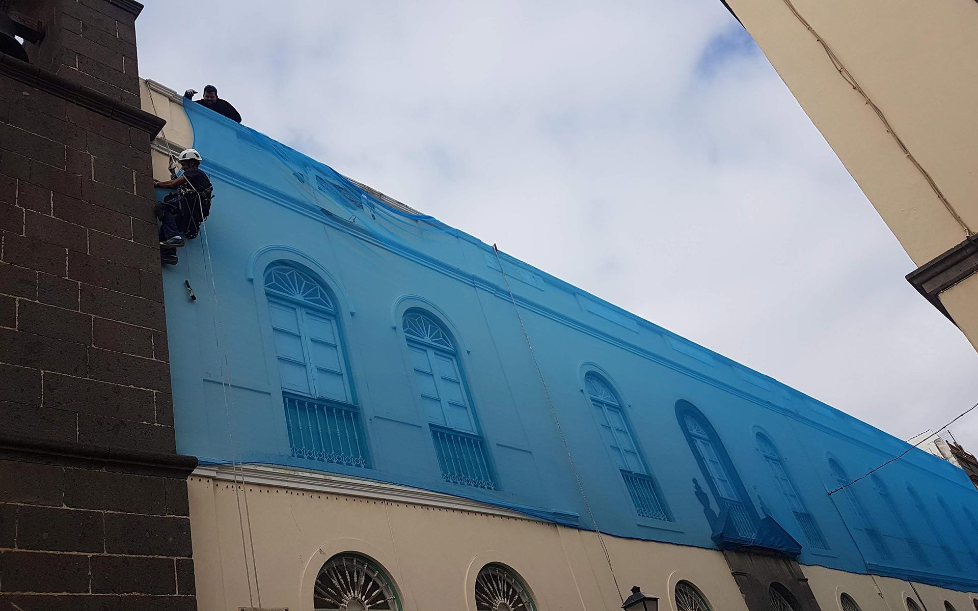 Obra Vertical trabajos verticales en Las Palmas. Instalación y mantenimiento de redes anticascotes para fachadas en las palmas.
