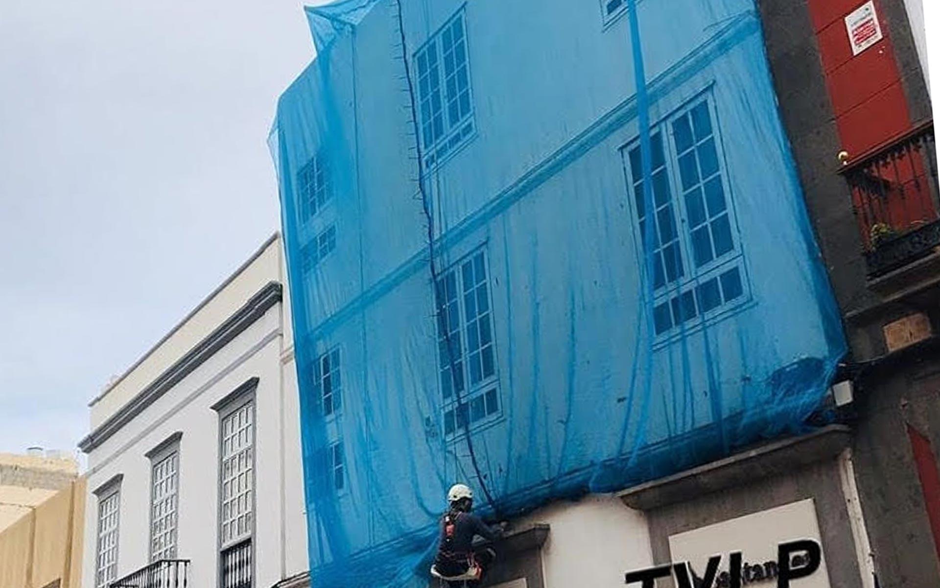 Instalación y mantenimiento de redes anticascotes. Obra vertical, trabajos verticales en Las Palmas