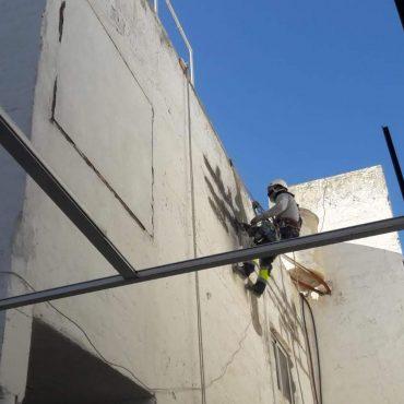 Obra Vertical. Reparación de grietas en fachadas y paredes medianeras en Las Palmas. Trabajos verticales Las Palmas.